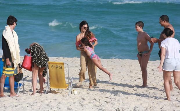 Isis Valverde se diverte com fã mirim (Foto: Dilson Silva/AgNews)