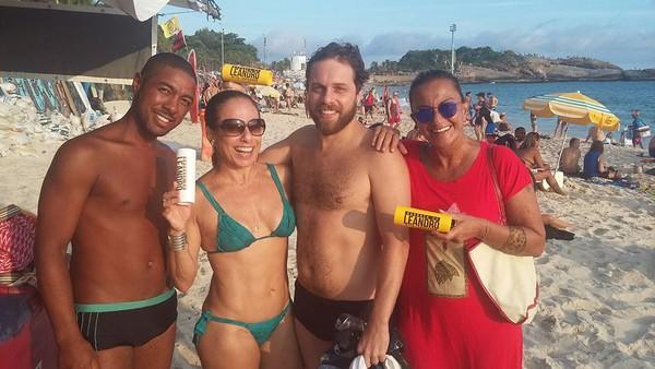 Cissa Guimarães usa biquíni de lacinho e exibe barriga sarada