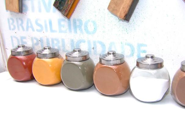 Açafrão, cacau, comilho e outros ingredientes usados como tempero são matéria prima para tintas naturais (Foto: Globo)