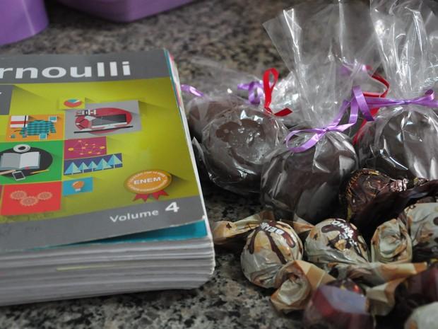 Ela concilia horário dos estudos com a fabricação de doces (Foto: André Souza/ G1)