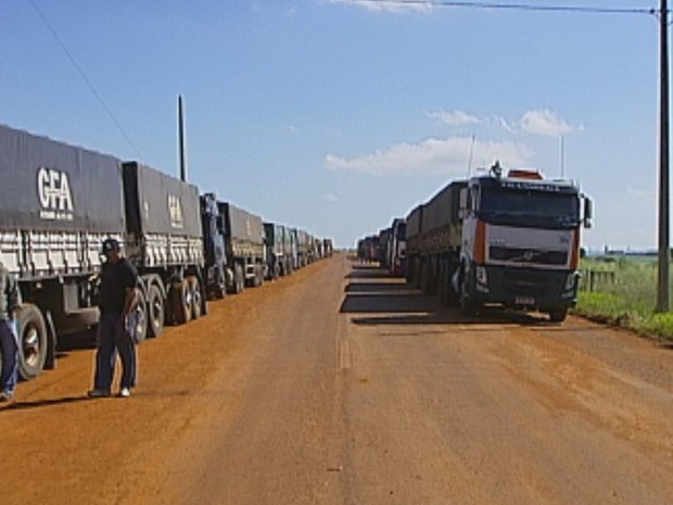Carga será levada em caminhões até Santos, o que aumenta os custos  (Foto: Reprodução / TV TEM)