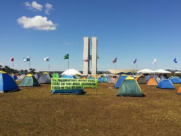Agentes penitenciários montaram acampamento em frente ao Congresso Nacional (Foto: Isabella Formiga/G1 DF)