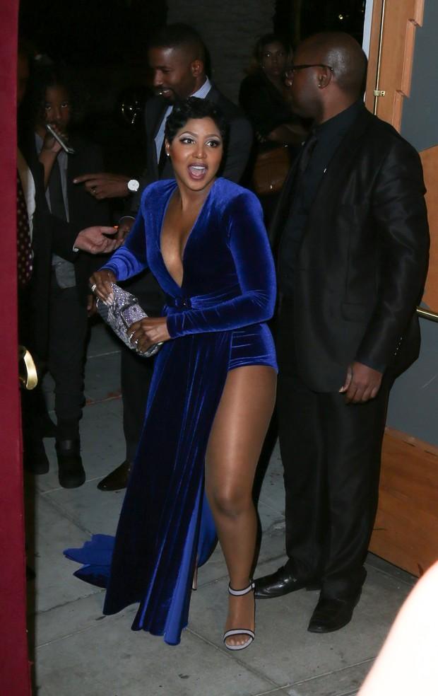 Toni Braxton escolhe look decotado e com fenda (Foto: Splash News / AKM-GSI)