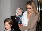 Kate Hudson desembarca com os filhos em Los Angeles
