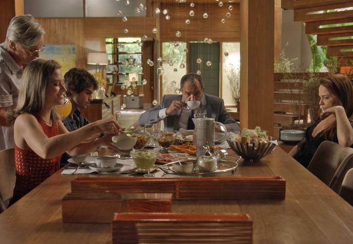 Cassandra toma café com a família de Fabinho (Foto: TV Globo)
