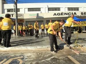 Agentes de trânsito lavaram calçada como forma de protesto (Foto: Diomício Gomes/O Popular)