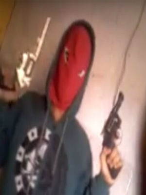 Jovem compartilhou vídeo exibindo as armas (Foto: Reprodução / Youtube)