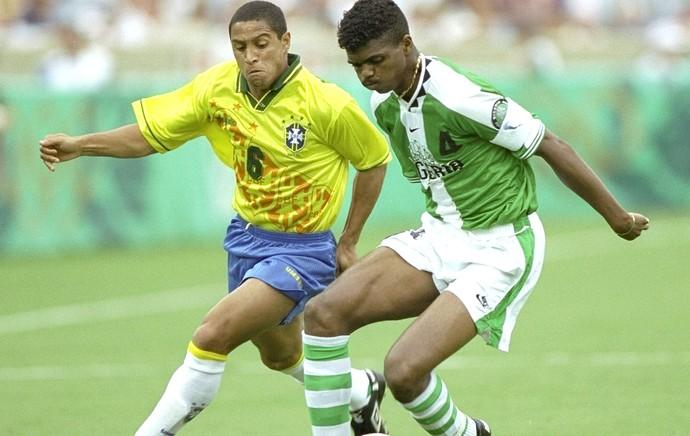 Nwakwo Kanu jogo Brasil e Nigéria em 1996 (Foto: Getty Images)