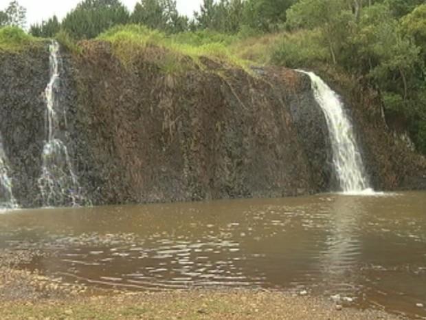 Sem chuva, cachoeira fica cada vez menor (Foto: Reprodução / TV TEM)