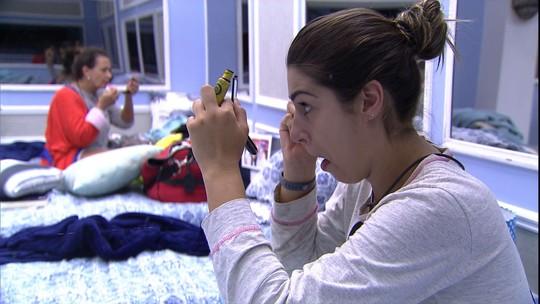 Vivian e Ieda se maquiam pela manhã