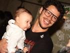 Filho da ex-BBB Priscila Pires rouba a cena em estreia de peça