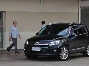 Ex-deputado José Genoino ao deixar hospital de Brasília após avaliação (Foto: Felipe Néri / G1)