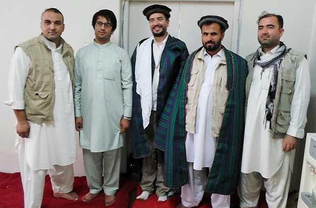 Médico Alexandre Santos (ao centro) no hospital no Afeganistão, com roupas típicas que ganhou dos colegas (Foto: Aruqivo Pessoal/Alexandre Santos)