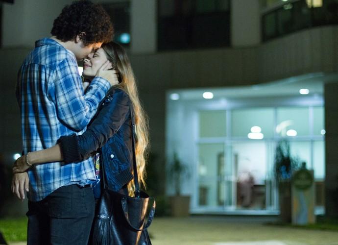 Bruno confessa estar apaixonado por Stephanie (Foto: Fabiano Battaglin / Gshow)