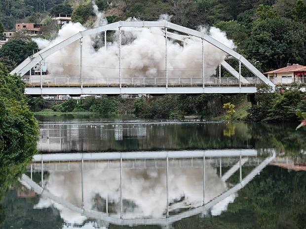 Depois de muito tempo, a ponte cai (Foto: Raphael Dias/Gshow)