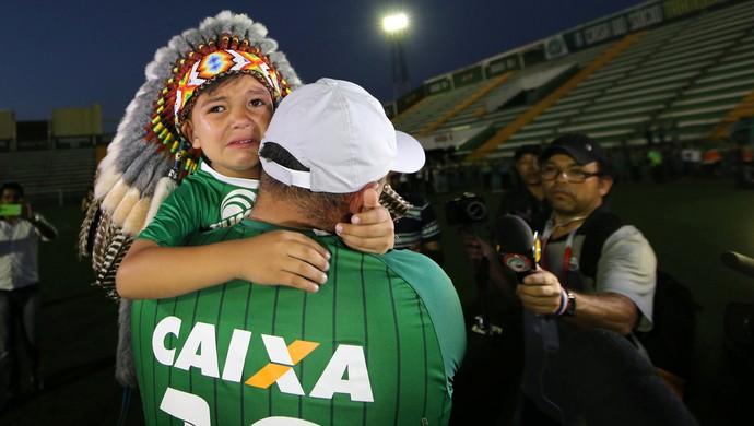 Torcedores da Chapecoense na Arena Condá e pequeno mascote, o indiozinho (Foto: Paulo Whitaker/Reuters)