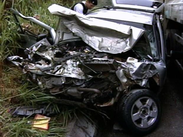 Carro de passeio ficou destruído após acidente na BR-259, em Colatina. (Foto: Reprodução/TV Gazeta Norte)