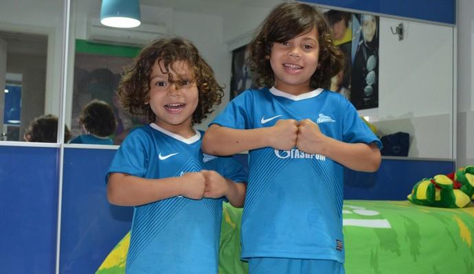 Tiago e Ian mostram como Hulk comemora os gols que são dedicados aos filhos (Foto: Renata Vasconcellos / GloboEsporte.com/pb)