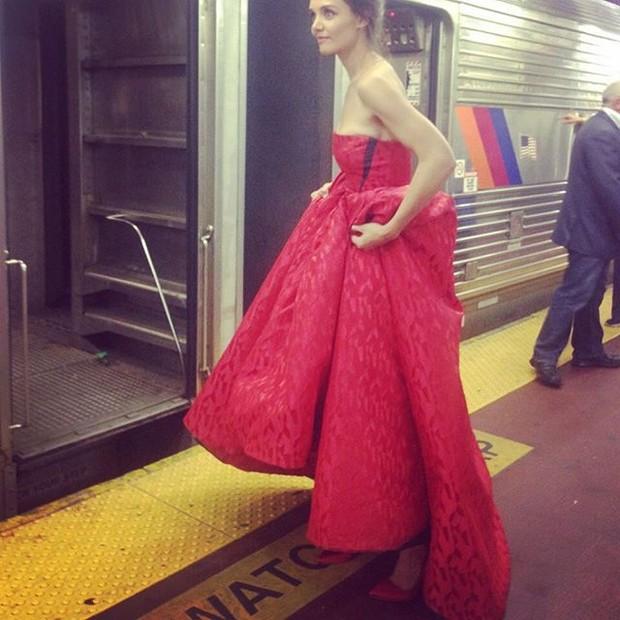 Katie Holmes em estação de metrô em Nova York, nos Estados Unidos (Foto: Instagram/ Reprodução)