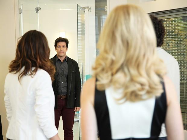 Pamela pede para ficar a sós com Jonas (Foto: Carol Caminha/TV Globo)