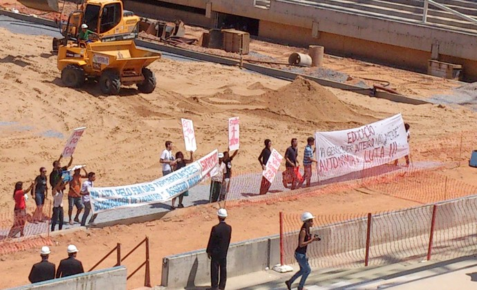 Manifestantes na Arena Pantanal (Foto: Felippe Costa)
