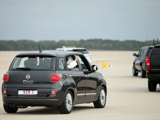 Papa Francisco deixa a base naval Andrews, em Maryland, em um Fiat 500 (Foto: AP Photo/Andrew Harnik)