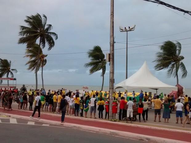 Manifesto aconteceu no Busto de Tamandaré, na orla de Joao Pessoa (Foto: Juliana Brito)