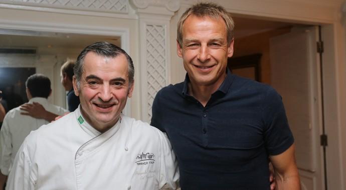 Jurgen Klinsmann, técnico dos Estados Unidos, com o chef Pasquale Mancini, do Terraço Itália (Foto: Divulgação)