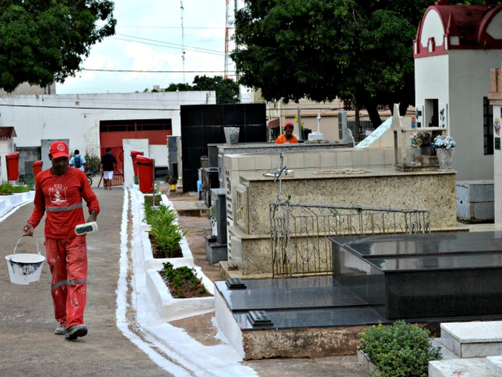 Túmulos do Cemitério São João Batista foram violados na terça (17) (Foto: Veriana Ribeiro/G1)