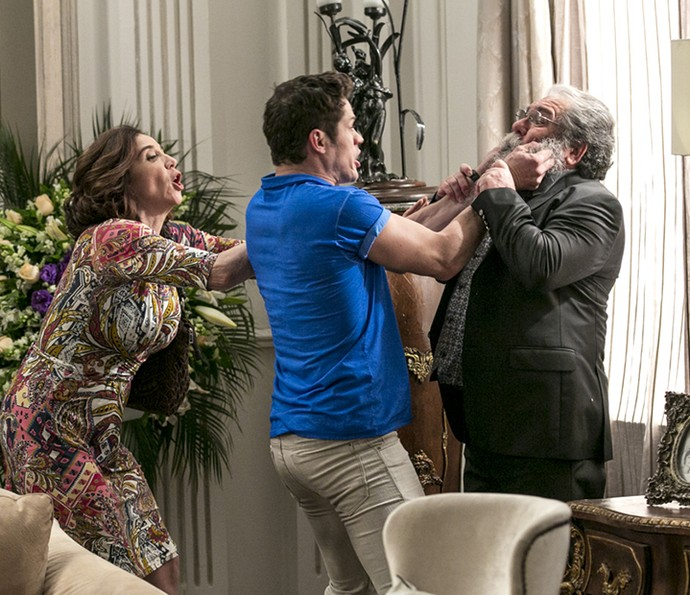 No meio da confusão, Adônis briga com um dos convidados do velório  (Foto: Isabella Pinheiro/Gshow)