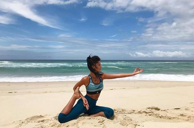 Anaju Dorigon praticando Ioga (Foto: Reprodução / Instagram)