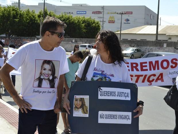 Pai de Ana Clara e mãe de Bárbara Richardelle participaram de passeata no Espírito Santo (Foto: Viviane Machado/ G1)