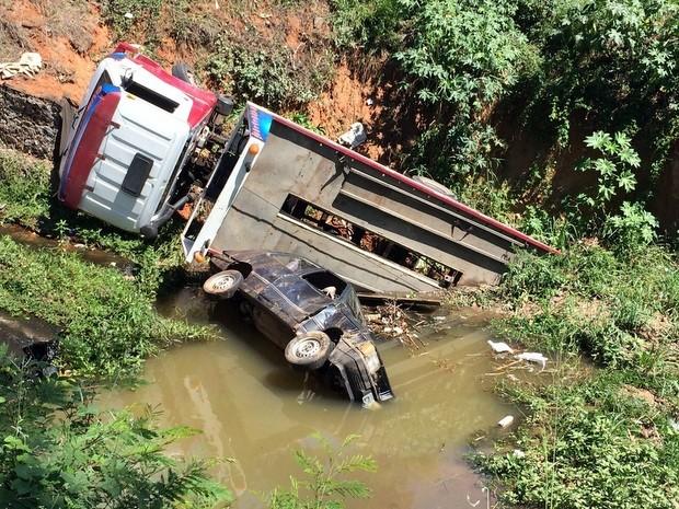 Caminhão e carro caíram em córrego em Limeira (Foto: Mariana Antonella/acervo pessoal)