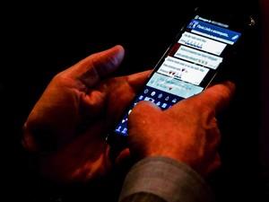 Empresário troca mensagem em rede social durante audiência (Foto: Wilton Junior/Agência Estado)