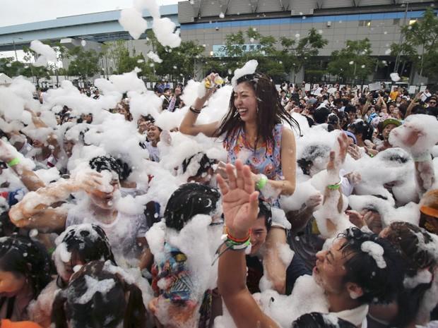 Algumas pessoas usaram até óculos de sol e de natação para aproveitar a brincadeira (Foto: Koji Sasahara/AP)