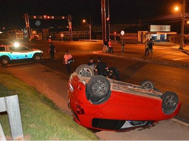 Jovem teria perdido o controle do veículo e batido em canteiro na BR-364 (Foto: Fernando Luiz/Comando190)