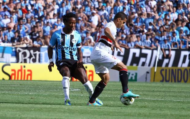 Zé Roberto do Grêmio e Douglas do São Paulo (Foto: Renan Olaz / Futura Press)
