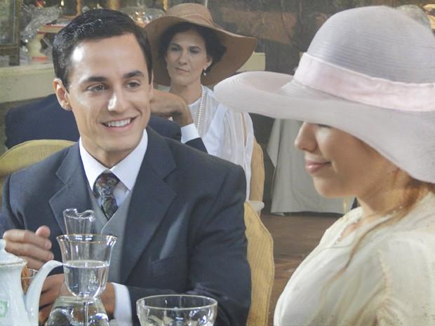 Gustavo é apresentado a Alice e se encanta (Foto: Lado a Lado/TV Globo)