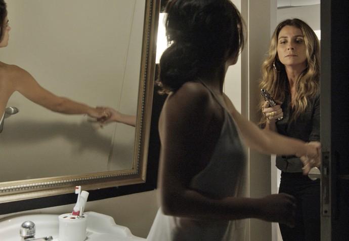Depois de disparar contra Tóia, Atena tranca a morena no quarto (Foto: TV Globo)