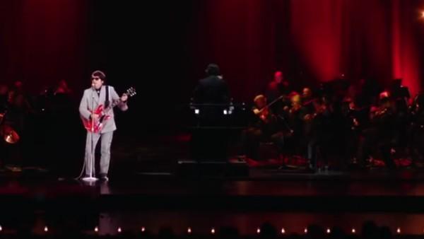 O holograma de Roy Orbison em um show na companhia de uma orquestra (Foto: Reprodução)