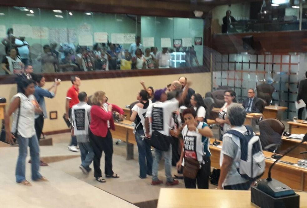 Servidores entraram no plenário após a LDO ser aprovada pelos deputados estaduais. (Foto: Tulio Ratto)