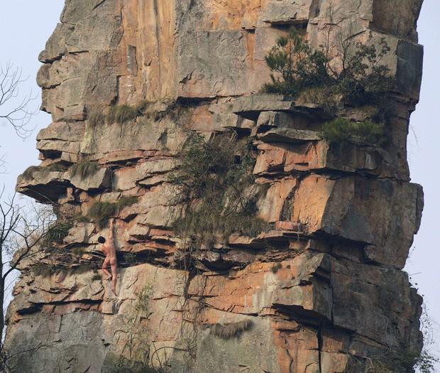 Li Tongxing escala montanha 'Alpaca' completamente nu em Zhang Jiajie, na China (Foto: Stringer/Reuters)