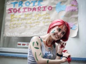 Caloura de estatística Camila Fontoura, de 18 anos, doa parte do cabelo cortado para ONG que ajuda crianças com câncer (Foto: Caio Kenji/G1)