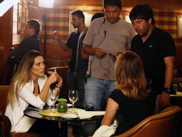 Cissa e Cleo ouvem atentas às instruções do diretor (Foto: Salve Jorge/TV Globo)