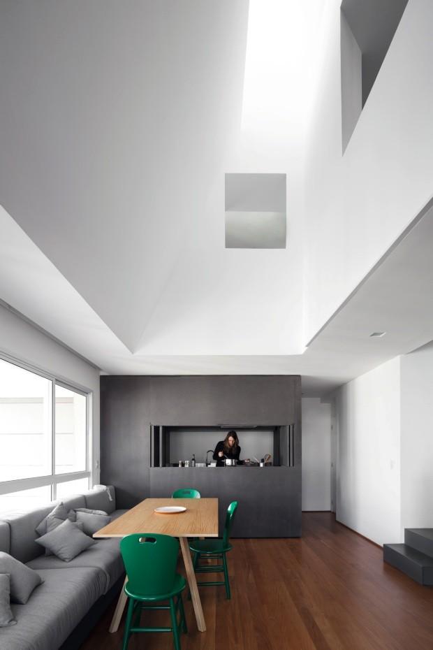 """Tríplex. No projeto deste apartamento em São Paulo, assinado pelo AR Arquitetos, o vazio é escultórico. """"As paredes angulosas rebatem a luz criando um efeito lindo"""", diz Marina Acayaba, uma das sócias do escritório (Foto: Maíra Acayaba / Divulgação)"""
