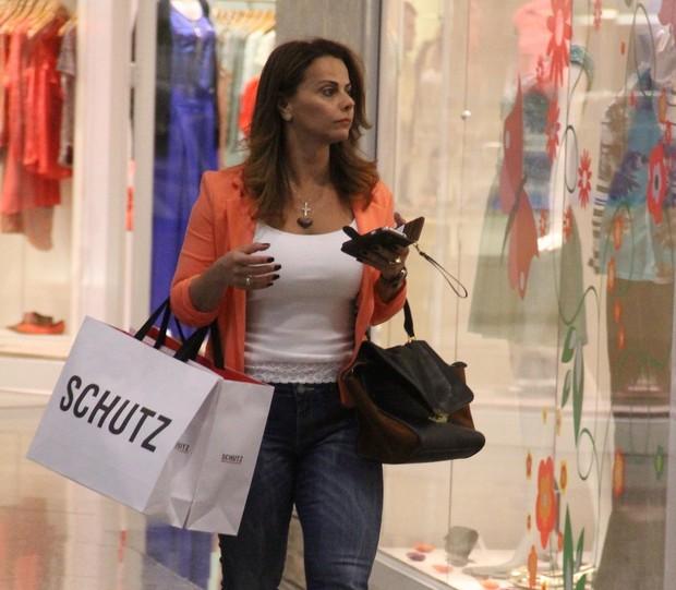 Viviane Araújo em shopping do Rio (Foto: Marcus Pavão / AgNews)