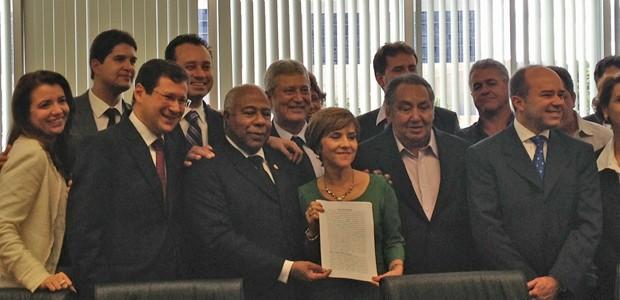 O presidente do TST, Carlos Alberto Reis de Paula, exibe documento do acordo homologado entre Shell, Basf e trabalhadores (Foto: Mariana Oliveira / G1)