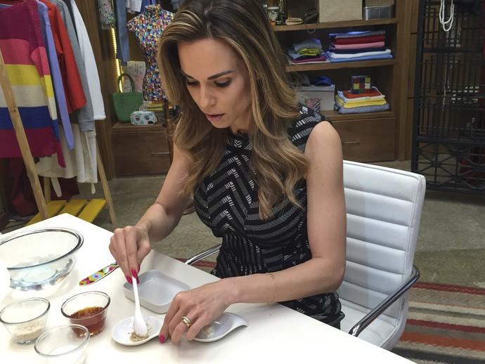 Ana Furtado mistura de mel e aveia para dica de beleza (Foto: Renata Viot/Gshow)