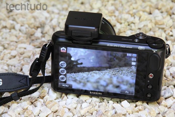 """A tela da Samsung NX2000 de 3,7"""", a maior de sua categoria (Foto: Luciana Maline/TechTudo)"""
