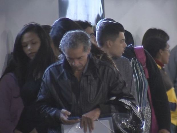 Durante o período da manhã desta quarta-feira, cerca de 200 pessoas enfrentavam fila (Foto: TV TEM/Reprodução)